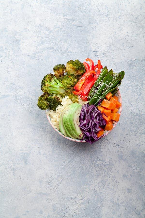 Smakelijke gezonde kom voor lunch met kouskous, gebakken broccoli en wortelen royalty-vrije stock afbeelding