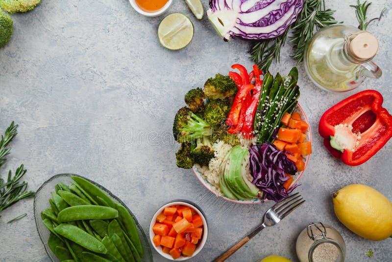Smakelijke gezonde kom voor lunch met kouskous, gebakken broccoli en wortelen royalty-vrije stock fotografie