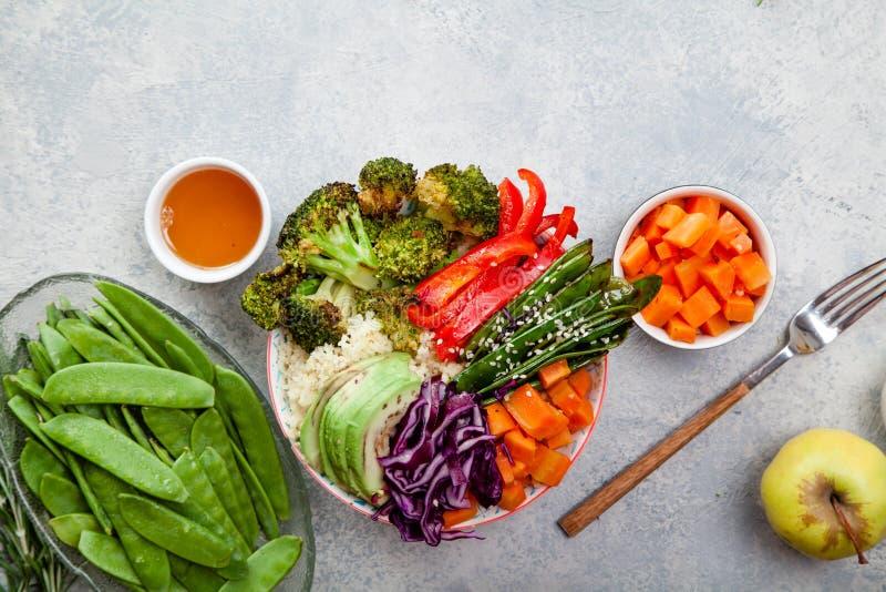 Smakelijke gezonde kom voor lunch met kouskous, gebakken broccoli en wortelen stock foto's