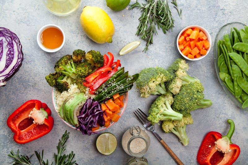 Smakelijke gezonde kom voor lunch met kouskous, gebakken broccoli en wortelen royalty-vrije stock foto's