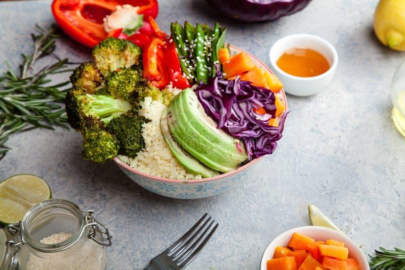 Smakelijke gezonde kom voor lunch met kouskous, gebakken broccoli en wortelen stock afbeelding