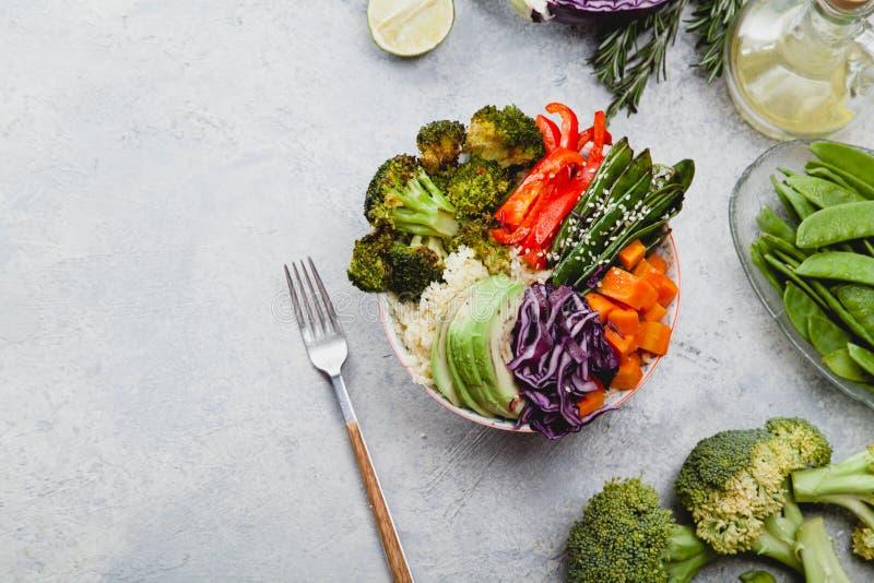 Smakelijke gezonde kom voor lunch met kouskous, gebakken broccoli en wortelen stock afbeeldingen