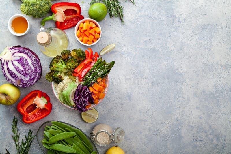 Smakelijke gezonde kom voor lunch met kouskous, gebakken broccoli en wortelen royalty-vrije stock afbeeldingen