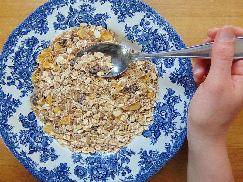 Smakelijke graangewassen of muesli voor ontbijt stock foto's