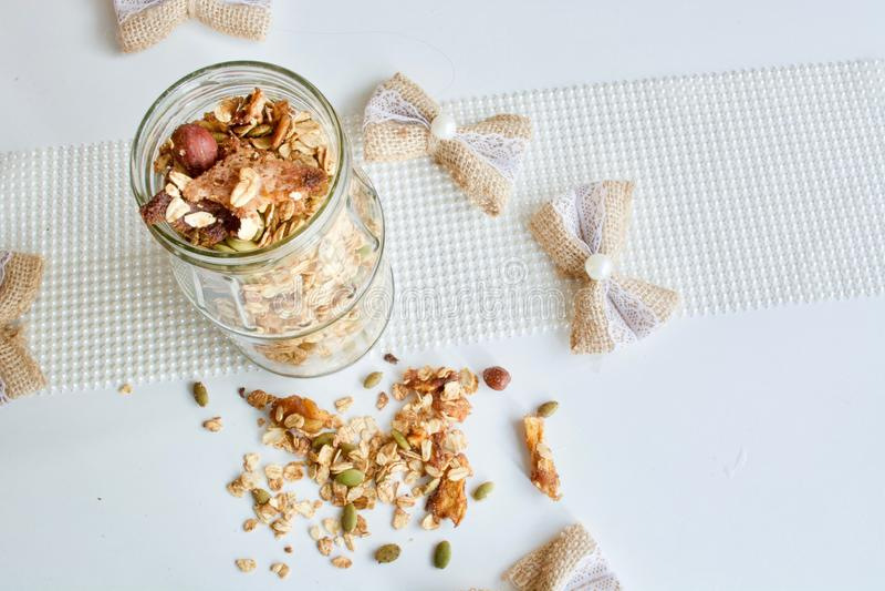 Smakelijke granola in de glaskruik stock fotografie