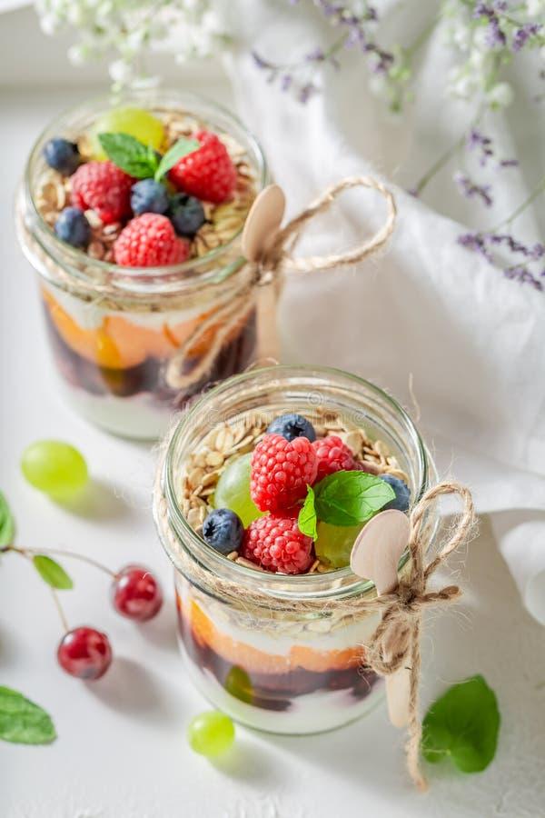 Smakelijke granola die van yoghurt en verse bessen wordt gemaakt royalty-vrije stock afbeeldingen