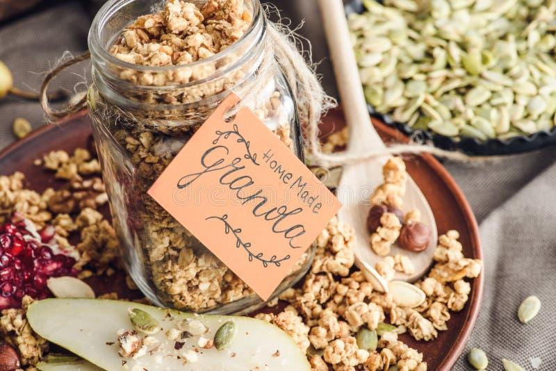 Smakelijke granola in glaskruik met markering stock foto