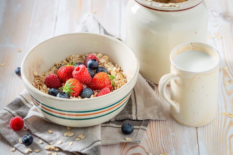 Smakelijke granola met verse vruchten voor ontbijt royalty-vrije stock foto's
