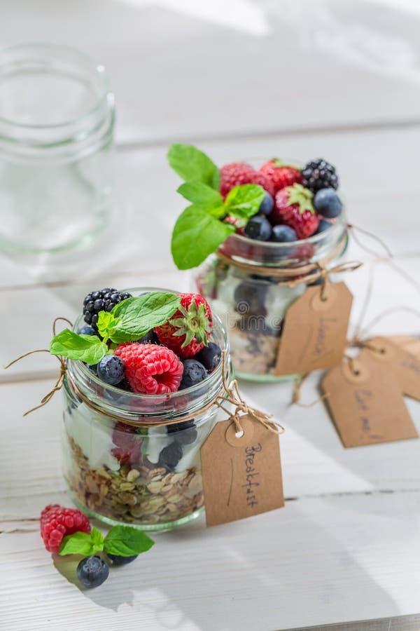 Smakelijke granola met yoghurt en vruchten stock afbeelding