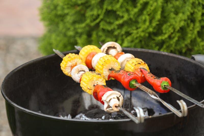 Smakelijke groenten die bij de barbecuegrill koken, stock foto's