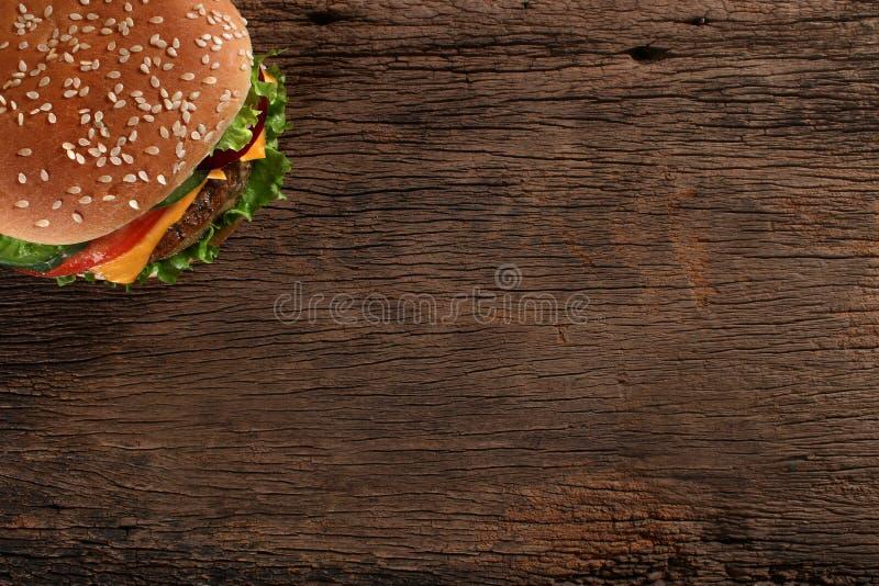 Smakelijke hamburger op houten achtergrond stock foto's