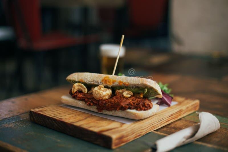 Smakelijke heerlijke getrokken varkensvleessandwich met kraken stock afbeeldingen