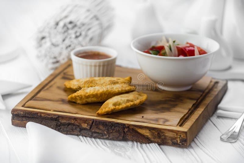 Smakelijke hete pastei met tomaten onderdompelende saus royalty-vrije stock foto