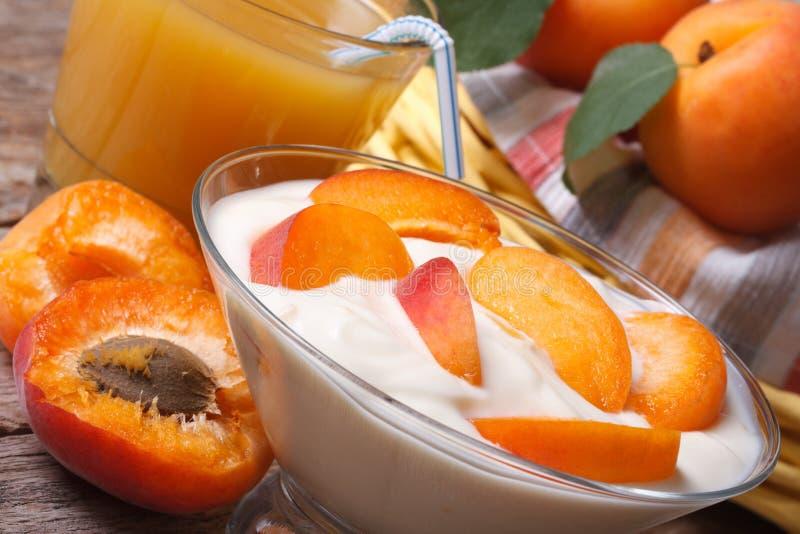 Smakelijke horizontale abrikozenyoghurt en vers sap stock afbeeldingen