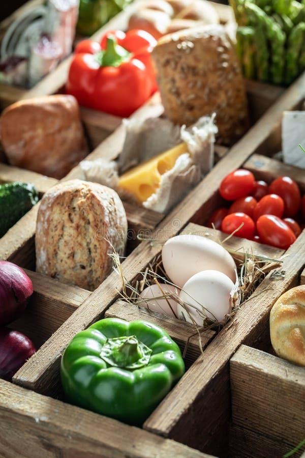 Smakelijke ingrediënten voor sandwich bij de lenteontbijt stock afbeeldingen