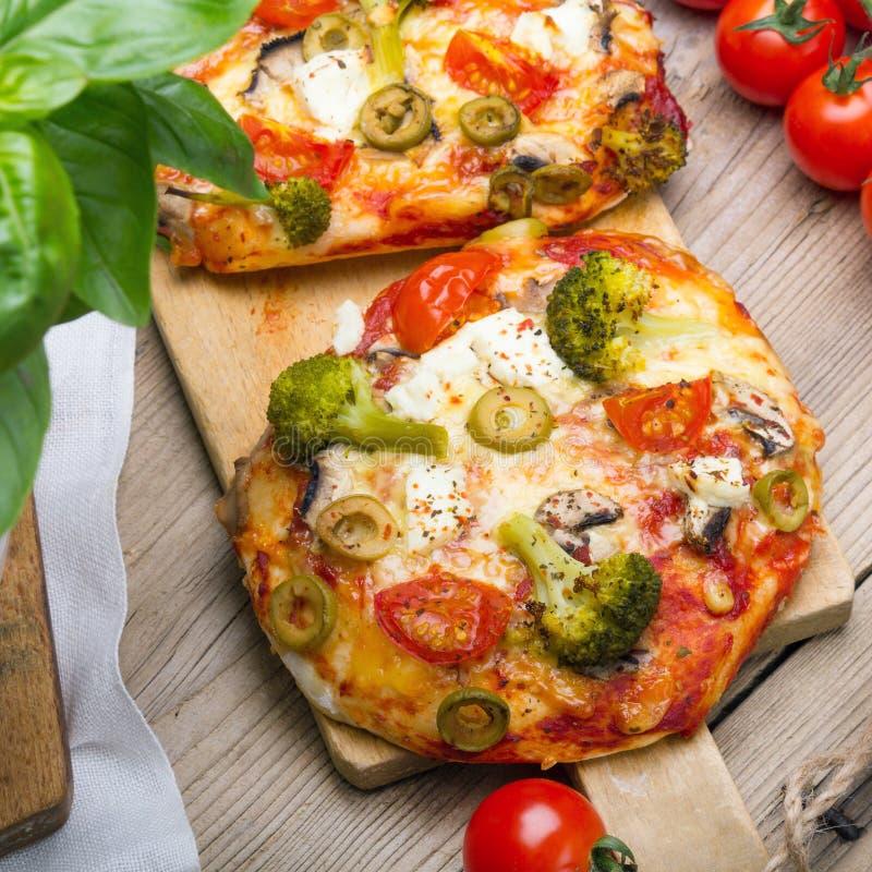 Smakelijke Italiaanse eigengemaakte minipizza's met broccoli, feta en olijven royalty-vrije stock foto
