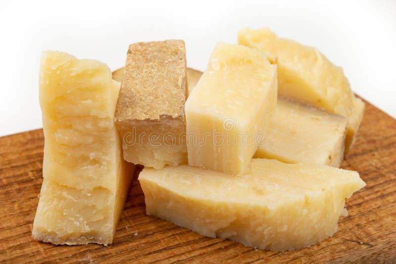 Smakelijke kaas op een donkere keukenplank Snacks aan bier op een witte lijst in de huiskeuken stock afbeelding