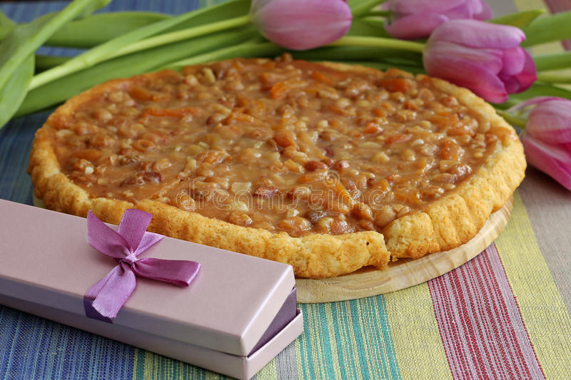 Smakelijke karamel scherp met purpere giftdoos stock foto's