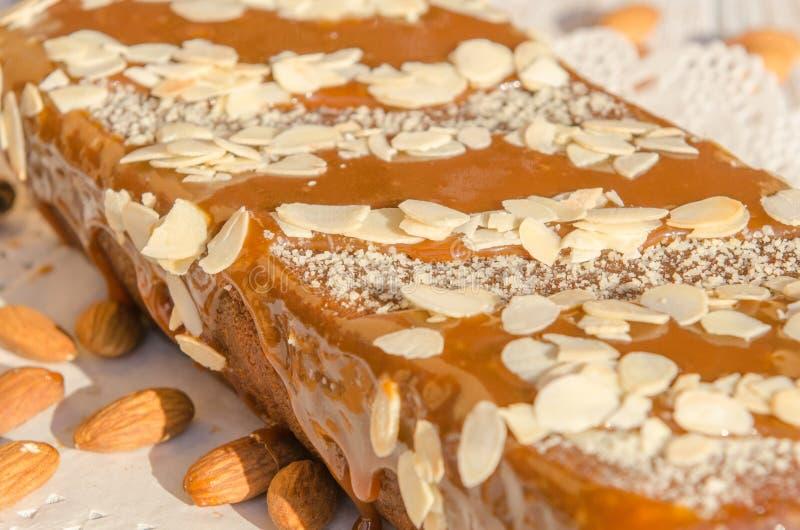 Smakelijke karamelcake met noten en kaneel royalty-vrije stock fotografie