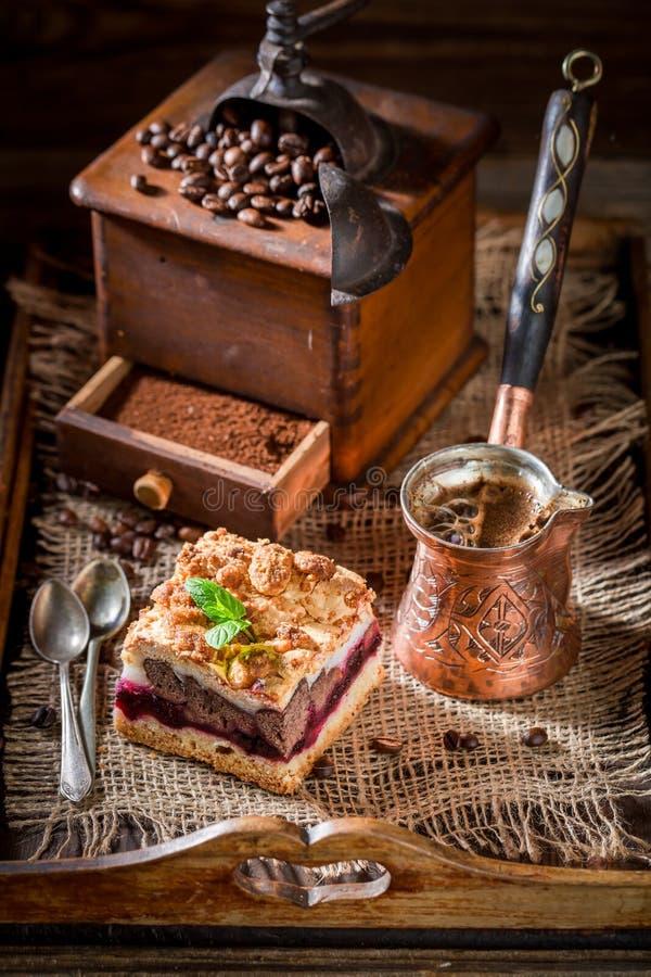 Smakelijke kersenpastei met coffemolen en korrels stock afbeelding