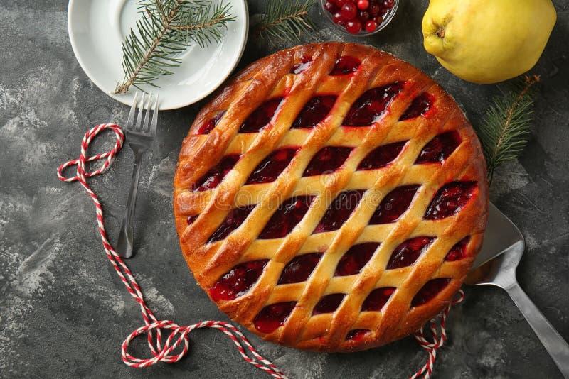 Smakelijke Kerstmispastei op grijze lijst royalty-vrije stock fotografie