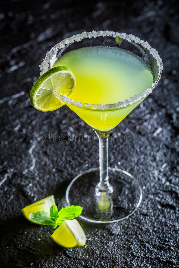 Smakelijke klassieke Margarita met verse kalk stock afbeeldingen