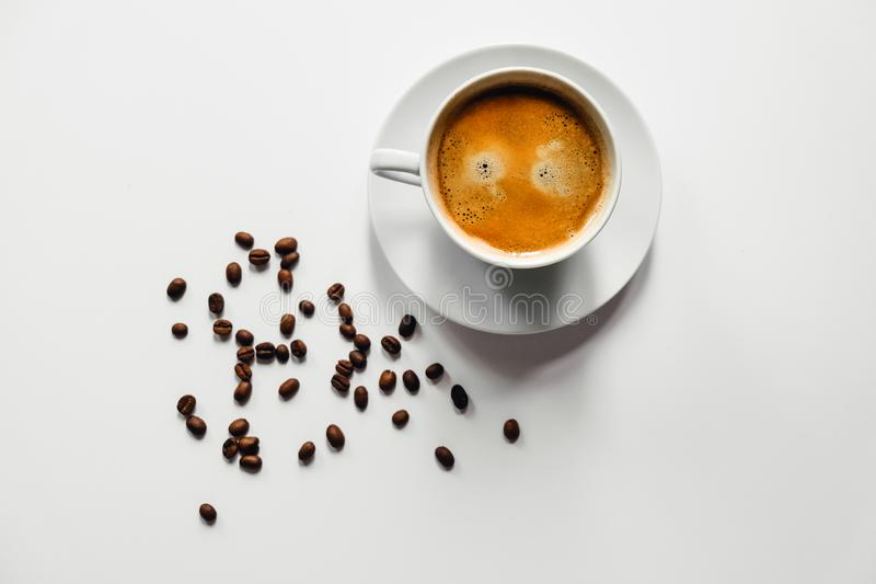 Smakelijke kop van koffie op wit bureau royalty-vrije stock foto