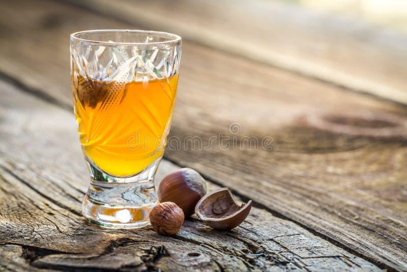 Smakelijke likeur met alcohol en noten royalty-vrije stock foto