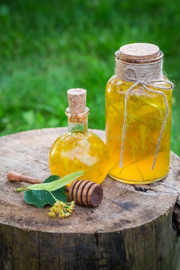 Smakelijke likeur met honing, linde en alcohol stock afbeelding