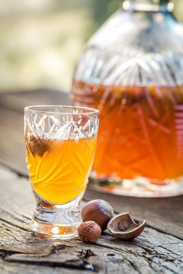 Smakelijke likeur met noten en alcohol stock fotografie