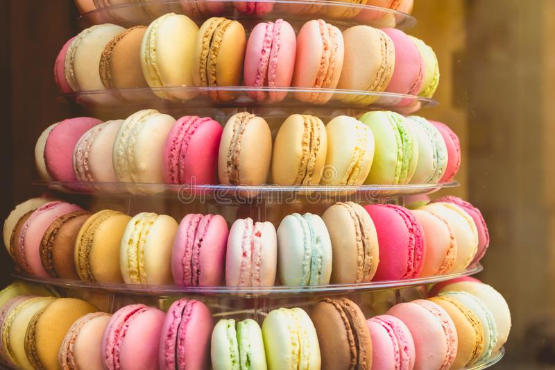 Smakelijke macarons veelkleurig in het winkelvenster stock foto