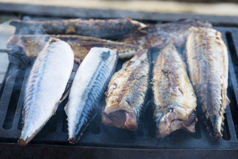 Smakelijke makreelvissen bij barbecue of de grill stock fotografie
