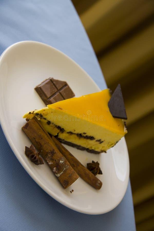 Smakelijke mangokaastaart met chocolade 3 royalty-vrije stock fotografie