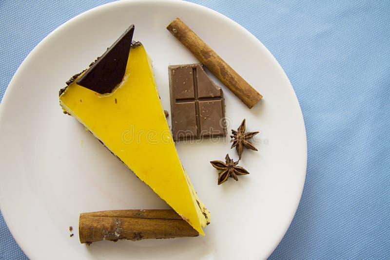 Smakelijke mangokaastaart met chocolade 9 royalty-vrije stock fotografie