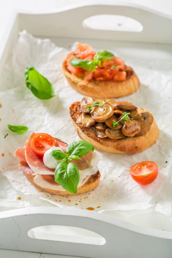 Smakelijke mengeling van bruschetta met verse ingrediënten voor ontbijt royalty-vrije stock fotografie