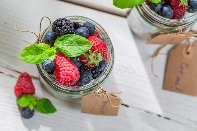 Smakelijke muesli met vruchten en yoghurt stock foto's