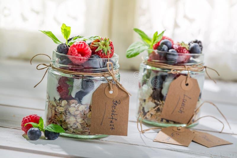 Smakelijke muesli met yoghurt en vruchten royalty-vrije stock afbeeldingen