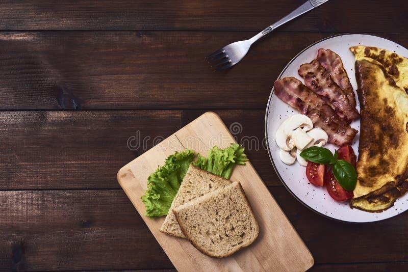 Smakelijke omelet in plaat stock foto