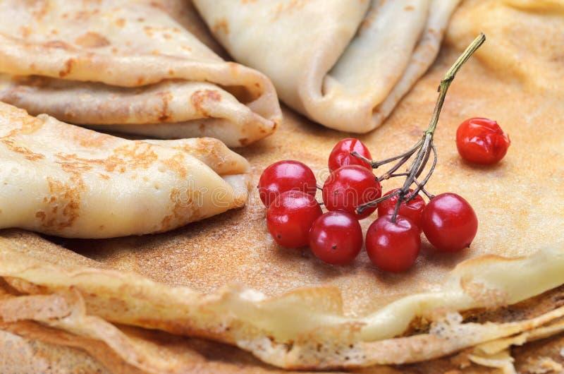 Smakelijke pannekoeken met verse bessen stock fotografie