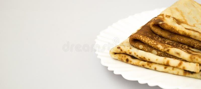 Smakelijke pannekoeken op een witte plaat Horizontale foto royalty-vrije stock afbeeldingen