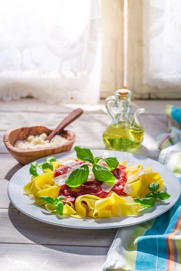 Smakelijke pappardelledeegwaren met tomatensaus en basilicum royalty-vrije stock afbeeldingen