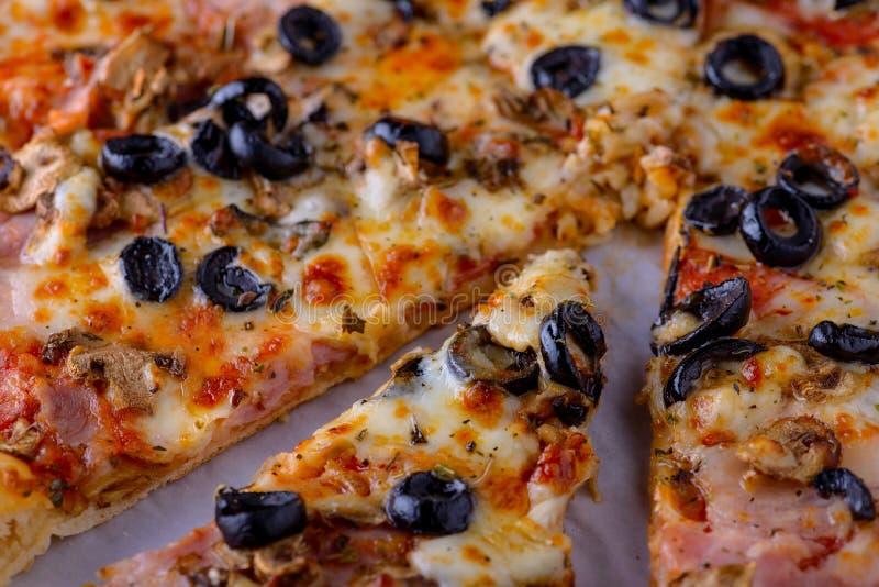 Smakelijke pizza met bacon, olijf, basilicum stock fotografie