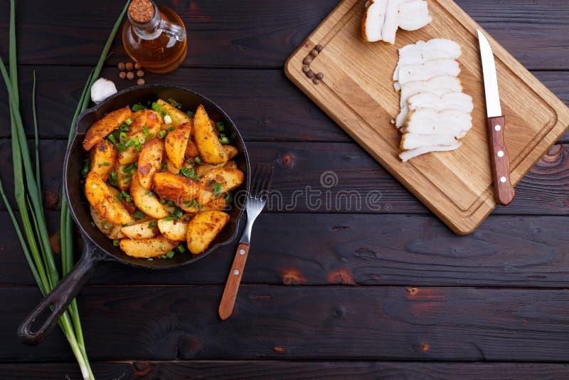 Smakelijke plattelands eigengemaakte maaltijd Geroosterd heerlijk potatoe stock afbeeldingen