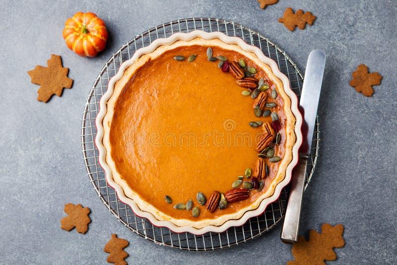 Smakelijke pompoenpastei, scherp gemaakt voor Thanksgiving day in een bakselschotel Grijze steenachtergrond Hoogste mening royalty-vrije stock afbeelding