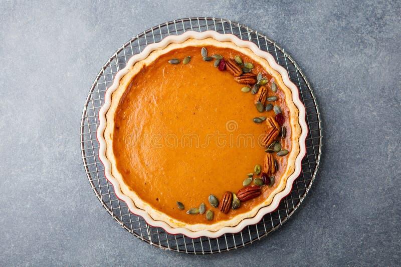 Smakelijke pompoenpastei, scherp gemaakt voor Thanksgiving day in een bakselschotel op een colling rek Grijze steenachtergrond Ho royalty-vrije stock fotografie