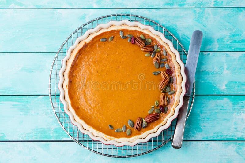 Smakelijke pompoenpastei, scherp gemaakt voor Thanksgiving day in een bakselschotel op een koelrek stock foto