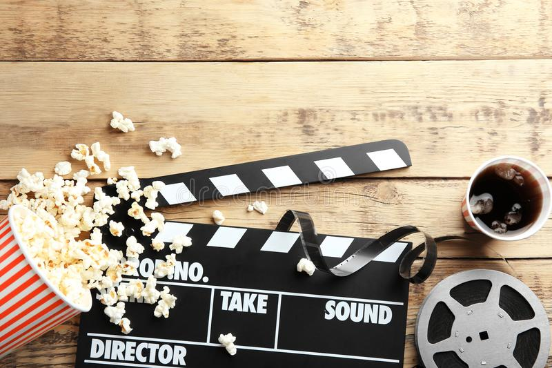 Smakelijke popcorn, dakspaan en filmspoel royalty-vrije stock foto