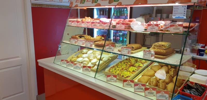 Smakelijke Portugese gebakjes bij patisserievertoning royalty-vrije stock afbeeldingen