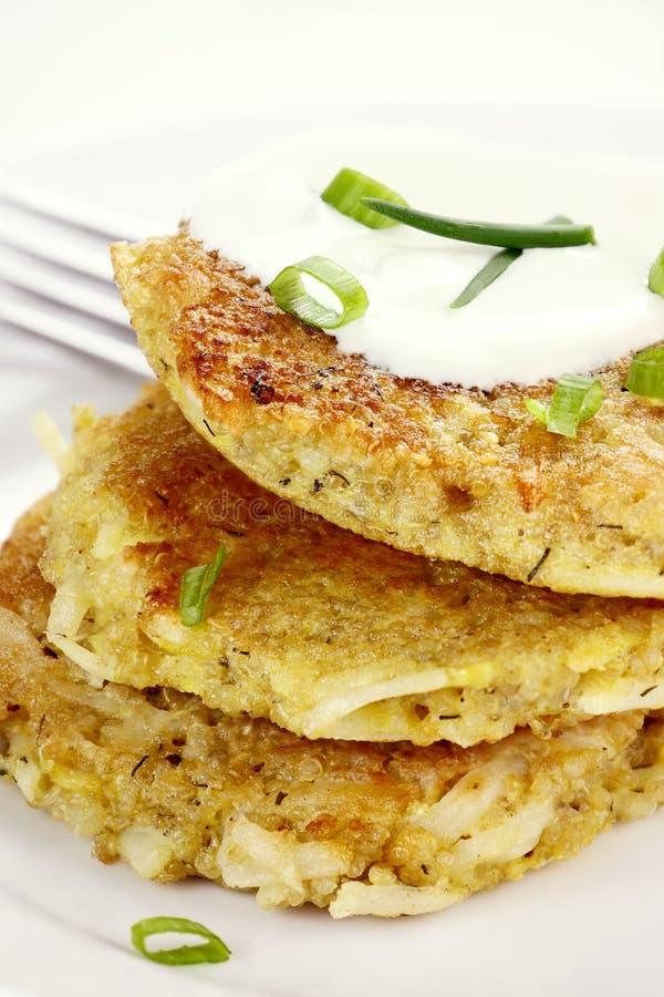 Smakelijke Quinoa en Aardappelpannekoeken stock afbeeldingen
