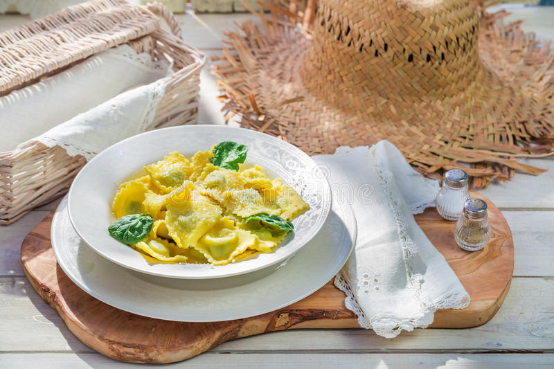 Smakelijke ravioli in de zonnige keuken royalty-vrije stock foto's